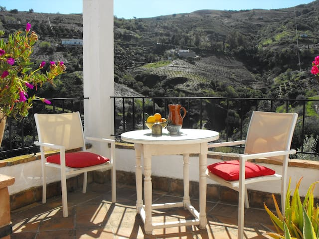 romantic cottage with great views - Cútar - Dom