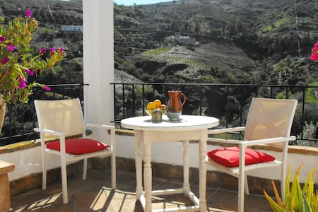 romantic cottage with great views - Cútar - Talo