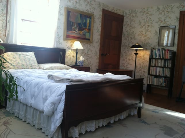 "Peaceful getaway ""tulip tree"" room - Plainfield - House"