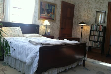 "Peaceful getaway ""tulip tree"" room - Plainfield - Rumah"