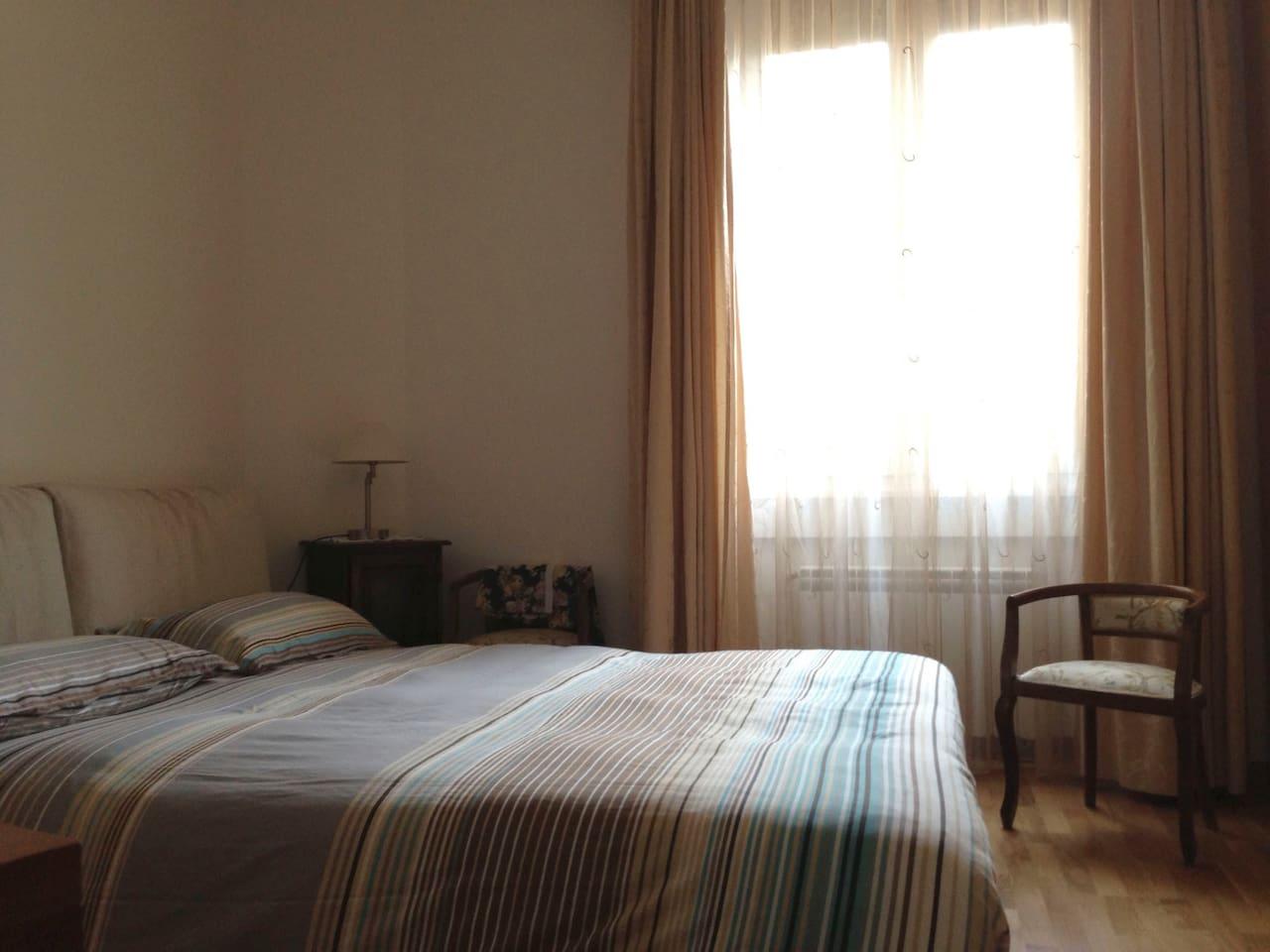 Questa è la camera da letto con letto matrimoniale. Nella camera cè anche una piccola srivania e un televisore. Si puó usare l'aria condizionata. La camera è molto silenziosa e si affaccia nel cortile. Quinto piano.