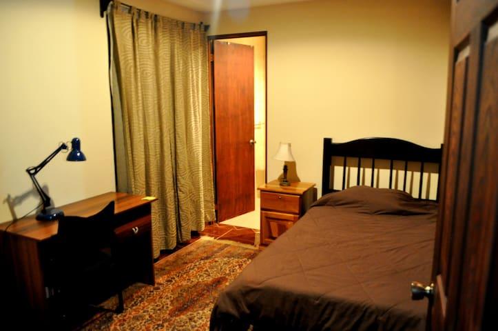 Habitación #1 cerca Aeropuerto - Heredia - Casa
