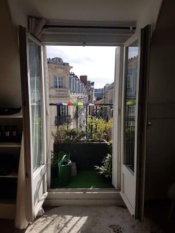 Fenêtre côté rue (Coin cuisine)