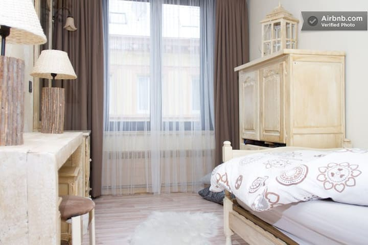 Single room ~ wifi ~ shared bathroom ~ walk in shower with 1 double room