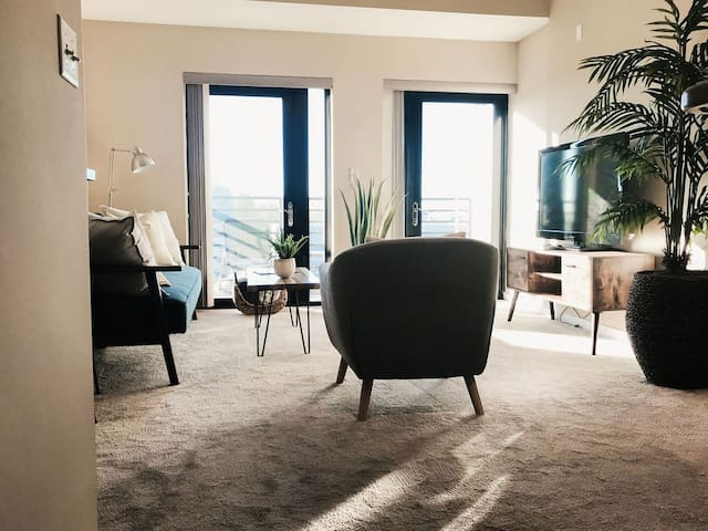 Uptown Condo with Views! 2BR Local, Stylish Oasis