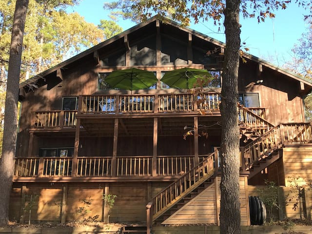 Magnificent Lakeside Lodge in Holly Lake Ranch