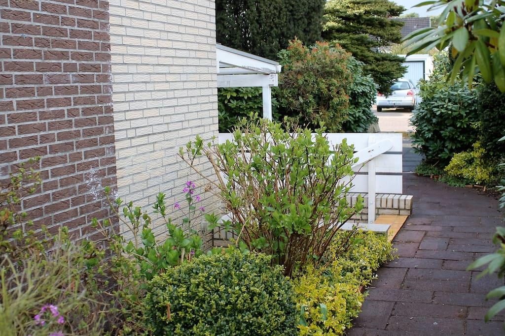 Gartenbereich mit dem Außeneingang
