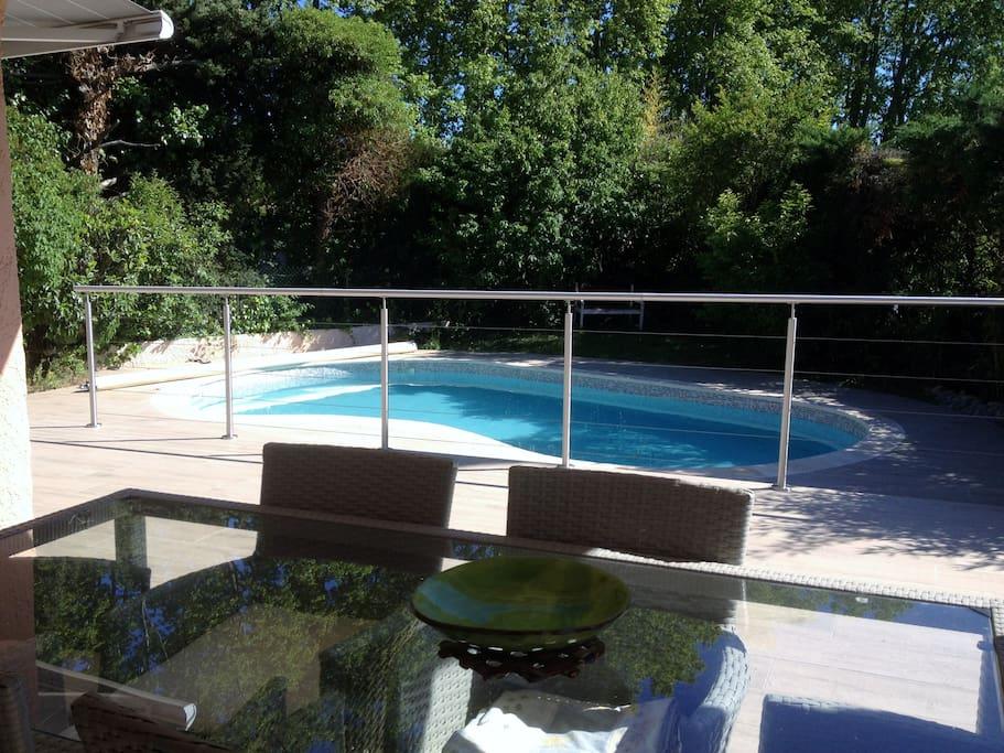 Terrasse, vue sur la piscine