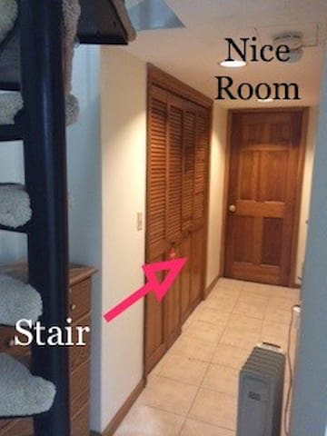 Nice room steps to Airport & Subway