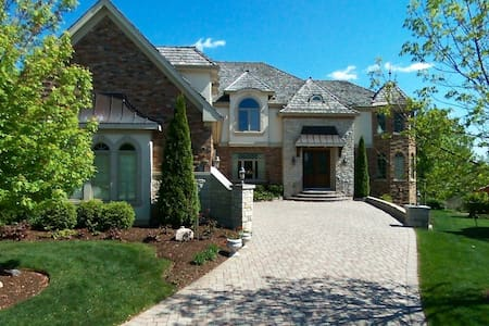 Gorgeous mansion on the lake and golf course - Vernon Hills - วิลล่า