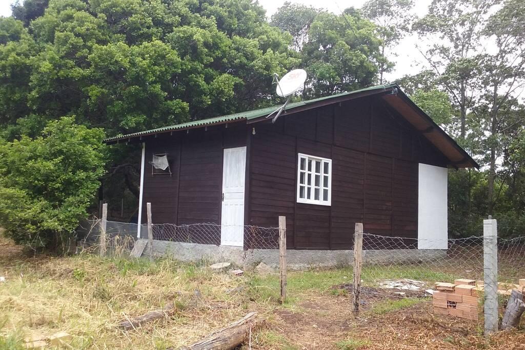 Casa Mista de madeira e alvenaria, próximo da praia e do rio.