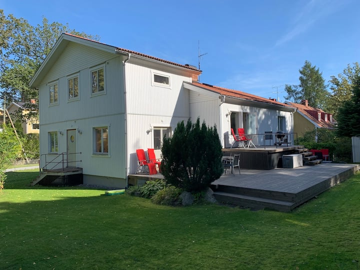 Villa på lummig gata 10 min från Stockholms City