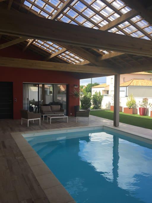Terrasse couverte avec piscine