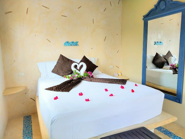 Dormitorio con cama queen size, A/C y ventilador de techo