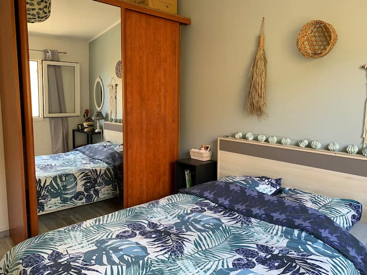 Chambre cosy dans villa avec SDB et accès piscine.