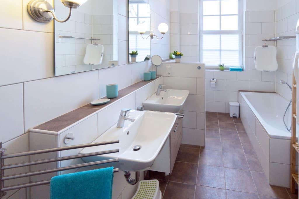 großes Badezimmer mit Wanne, Dusche, Doppelwaschbecken /Spacious bathroom