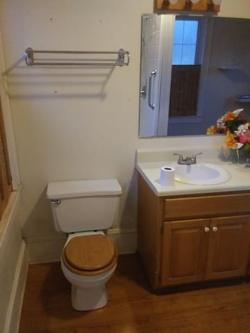 Cozy and spacious room w/ private bathroom