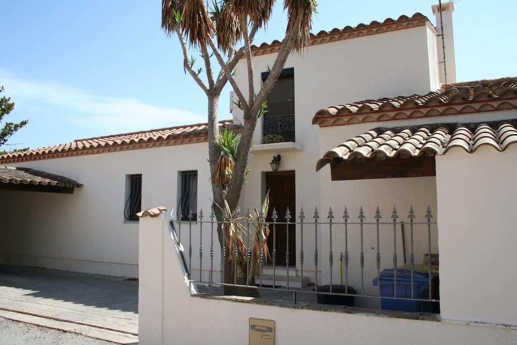 Le devant de la maison, portail ouvert