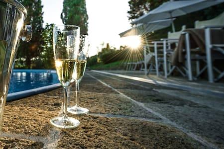 Independent villa - swmming pool - แอมโปลิ