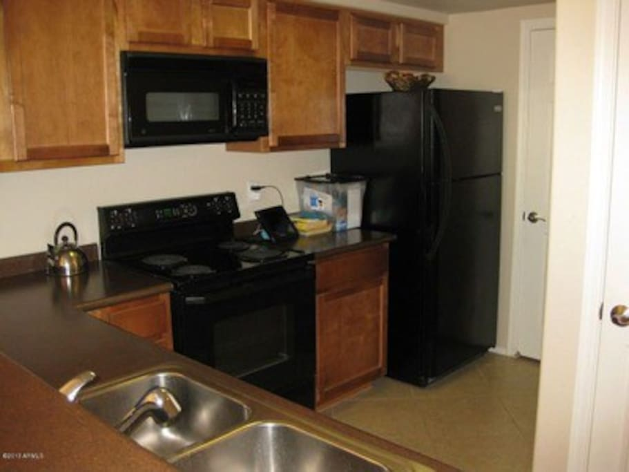 Kitchen with private adjacent walk-in laundry-- new machines!