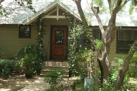 GraceGardens: Cypress Room - Martindale - Bed & Breakfast