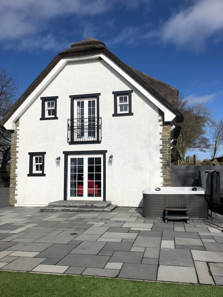 Thatched Cottage Dundee - 4 Bed House & hot tub