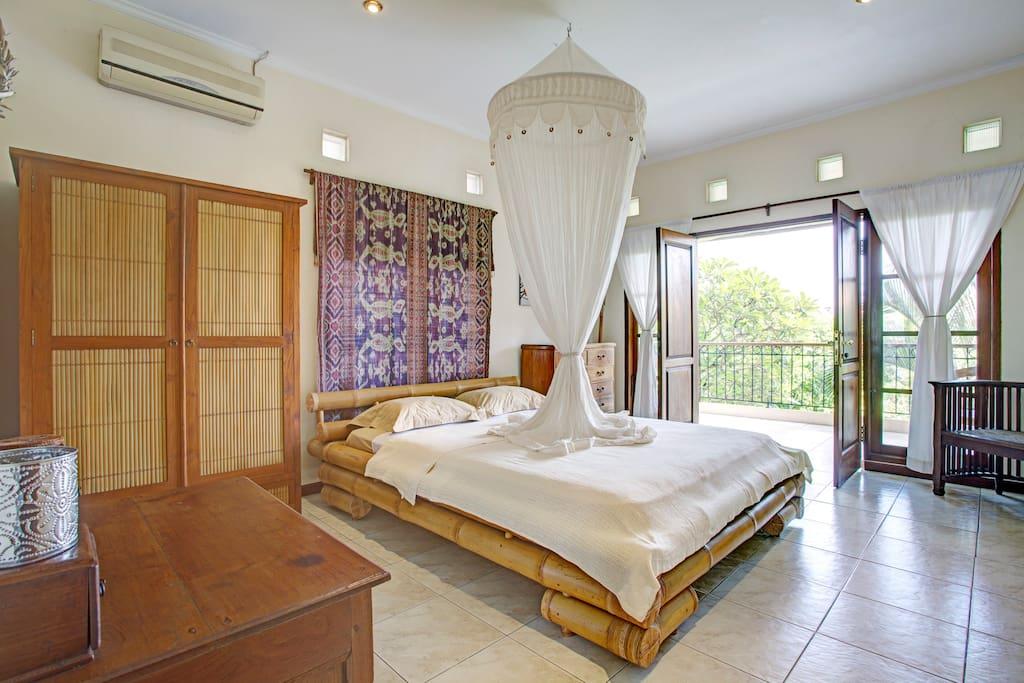 Hauptschlafzimmer, Blick zum Balkon
