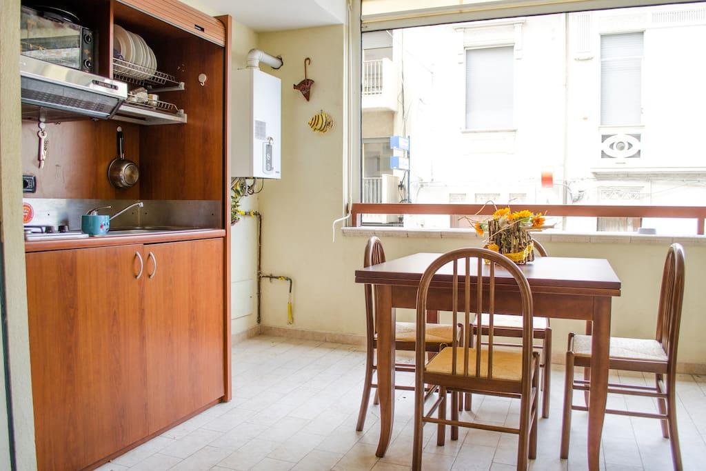 casa verde: angolo cottura e tavolo in veranda