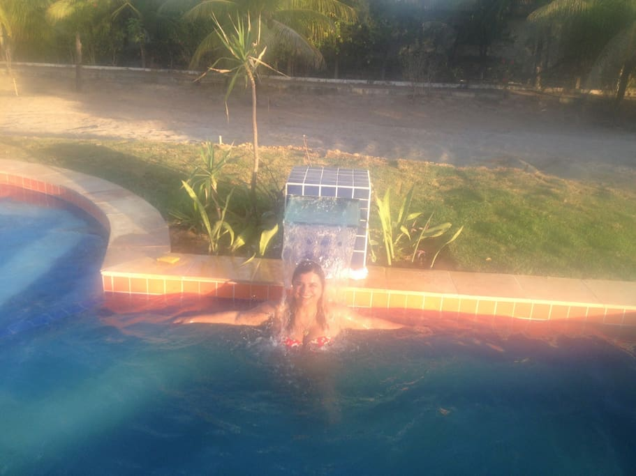 piscina ao por do sol