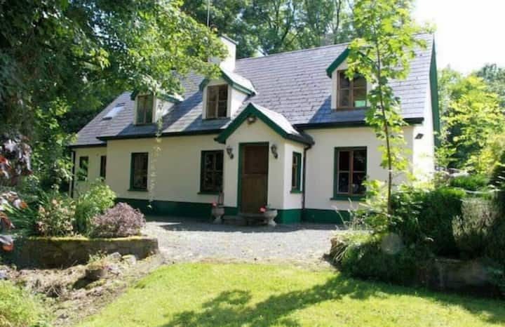 Charming Lakeside 4 bed Cottage