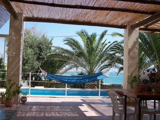 villa con piscina a 10metri dal mare - Scoglitti - วิลล่า