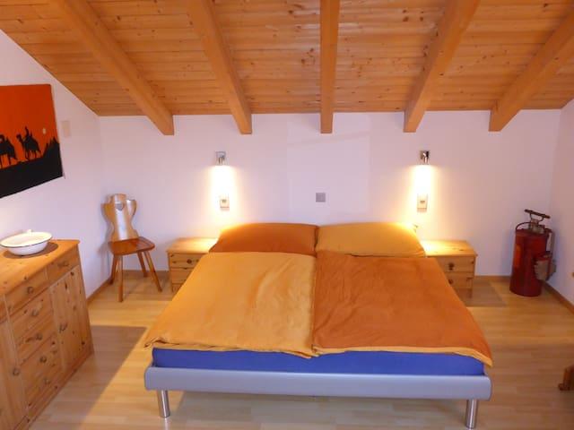 Grossen Doppelbett für einen guten Schlaf