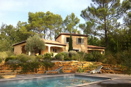 In the pine forest, villa and pool - Forcalqueiret - Hus