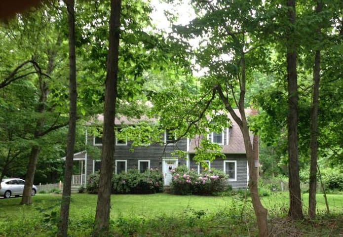 Private woods home near beach park - Madison