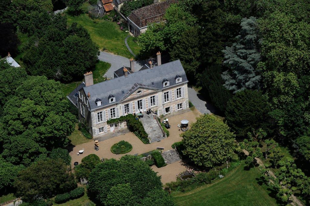 Vue aérienne du domaine, maison des propriétaires et gite à l'arrière, piscine sur la gauche
