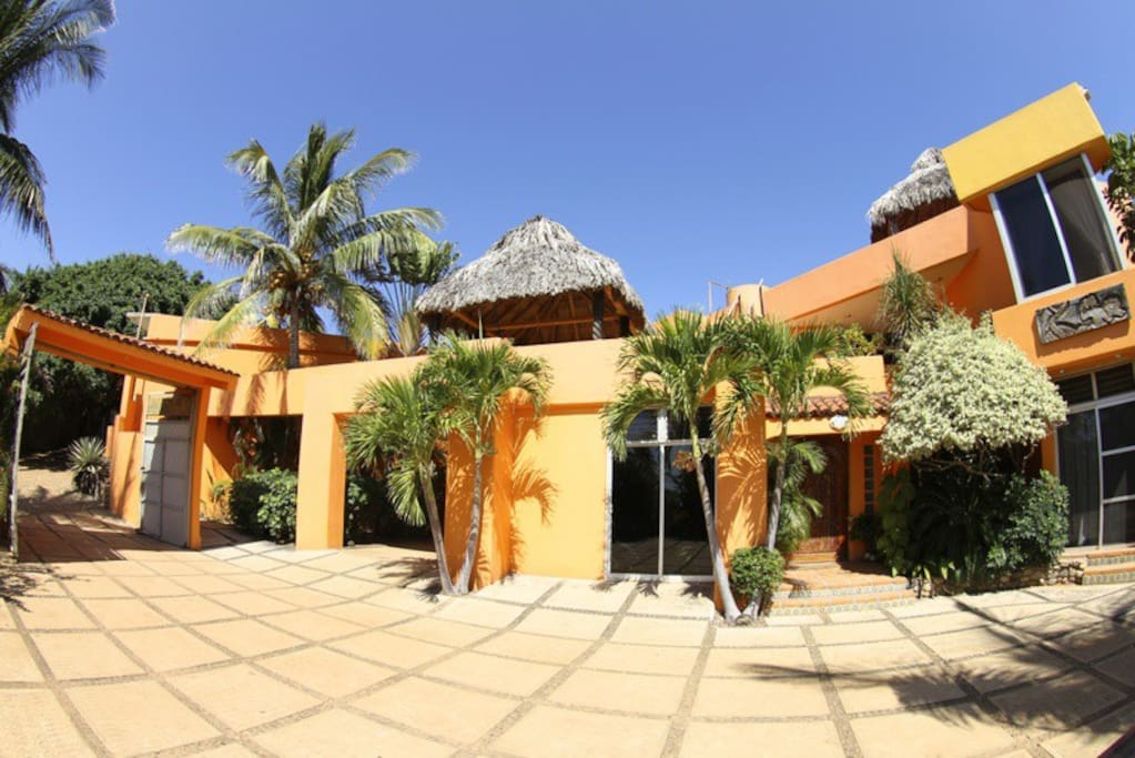 FRONT VIEW OF VILLA TROPICAL