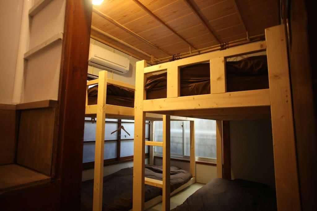 寝室4人部屋のベッド1つが利用可能です。