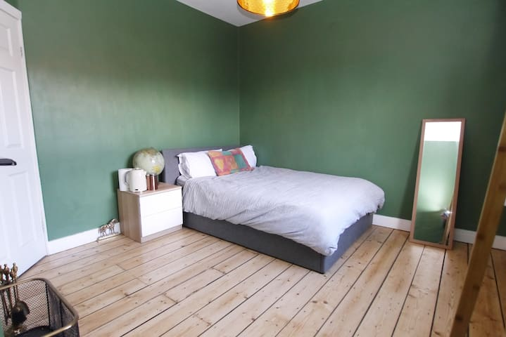 Large spacious bedroom & bed, Simba memory foam mattress, Egyptian cotton bedding, goose down duvet and Silent Night Ultrabounce pillows. Sanded pine floors & period style radiators. Painted in beautiful Farrow and Ball 'Calke Green'