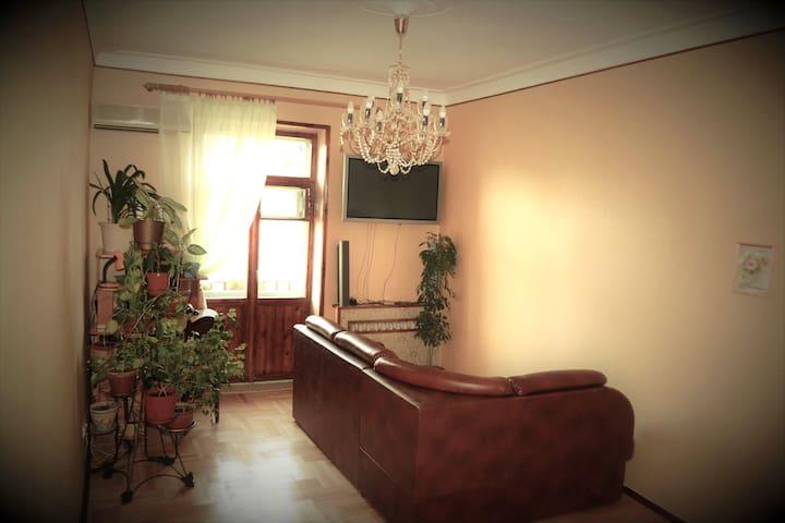 Комната с видом во двор и на Москва-сити