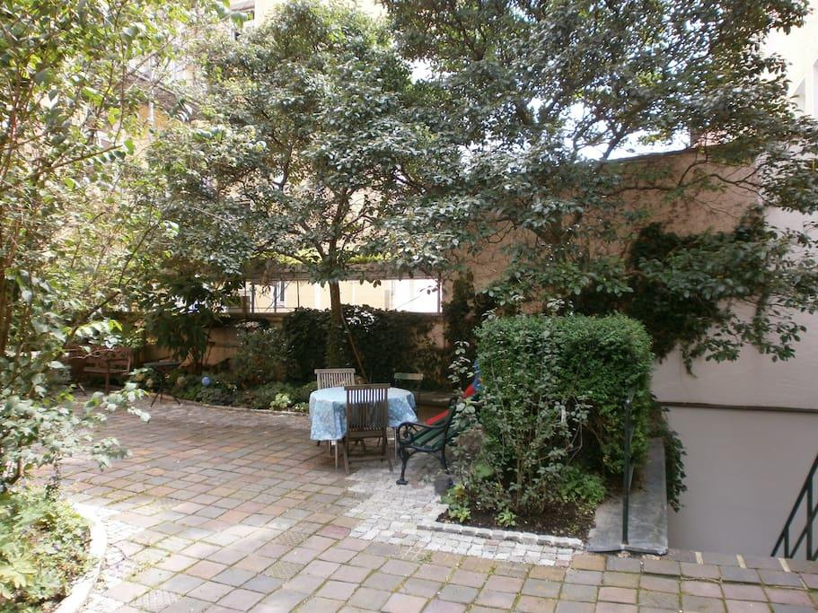 Der ruhige autofreie Hof und Garten erlaubt grüne Pausen,   auch für Raucher