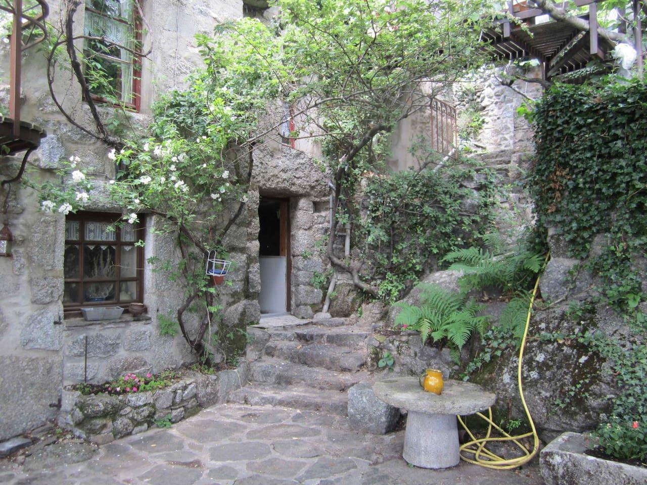 Le gîte se trouve à l'étage sous les toits avec chambres mansardées avec son propre accès avec terrasse.