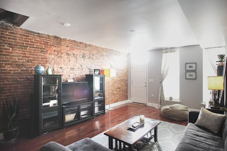 Modern Rowhouse w/ Private Bath - Baltimore - House