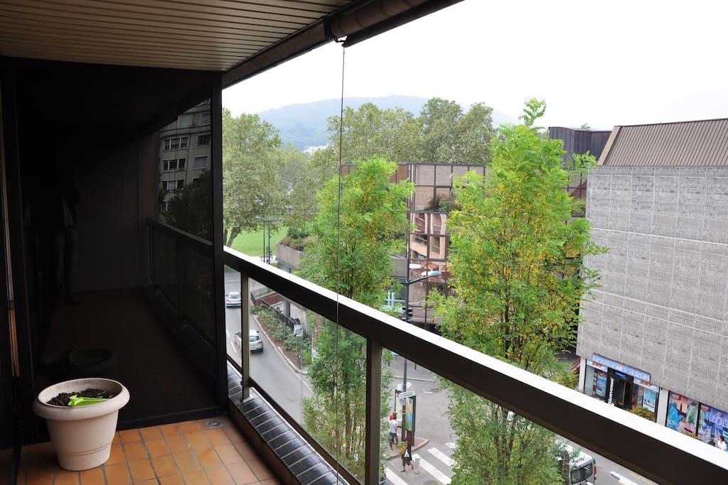 La terrasse exposé à l'ouest vers le théatre de Bonlieu (aucun vis à vis)
