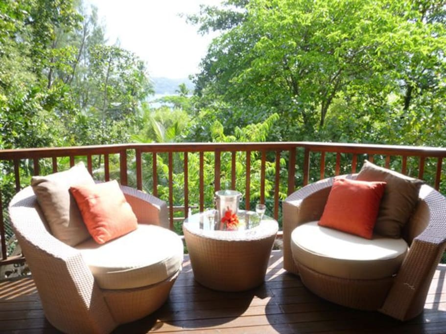 Veranda semi alfresco with view of the bay and surrounded by warm tropical forest