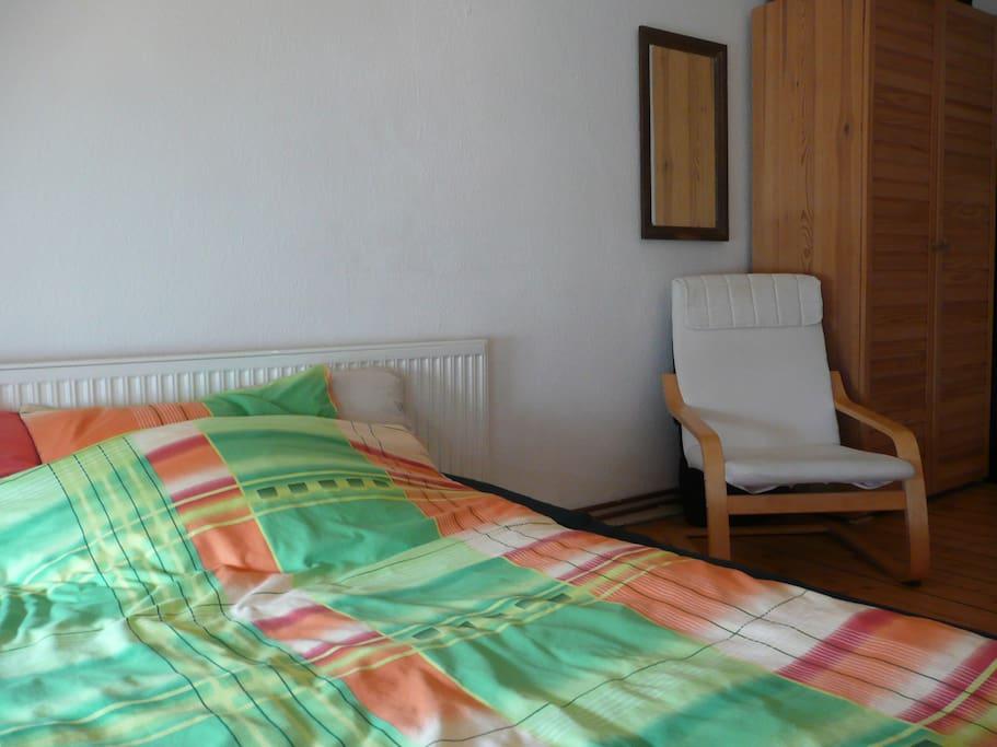 Gästezimmer mit Schlafsofa, Sessel und Schrank
