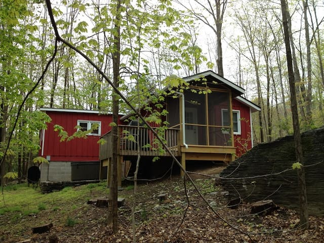 2 BR,  Hot Tub & Fireplce @ heart of woodstock