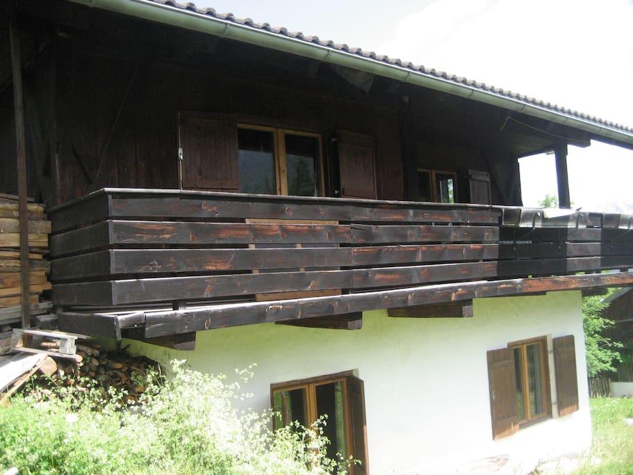 Base in muratura, piano superiore in legno