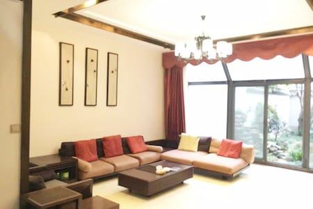 特色复式房子靠近趵突泉,大明湖风景区还有泉城广场。 - Jinan - Dům