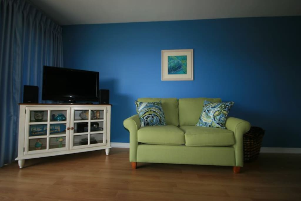 HDTV, iPod/iPhone Doc Stereo System, Cozy Loveseat
