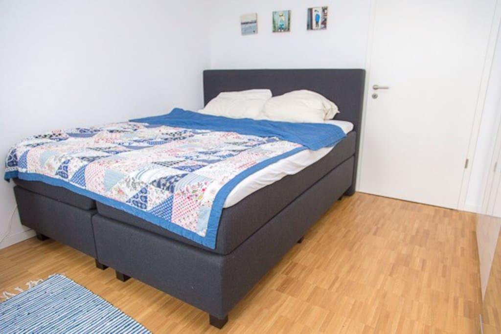 Schlafzimmer mit gemütlichem Boxspringbett